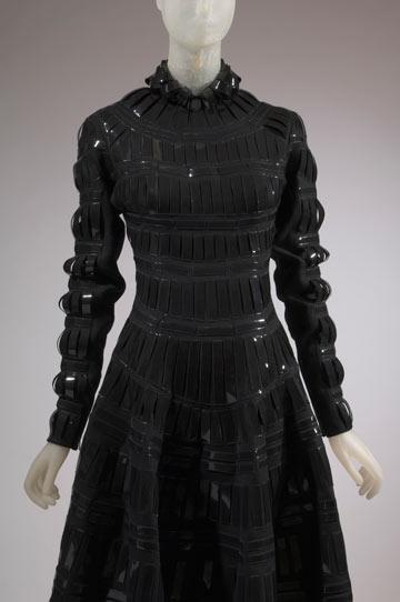 שמלה של המעצב הרדיקלי גארת' פיו, מתוך התערוכה The Great Designers
