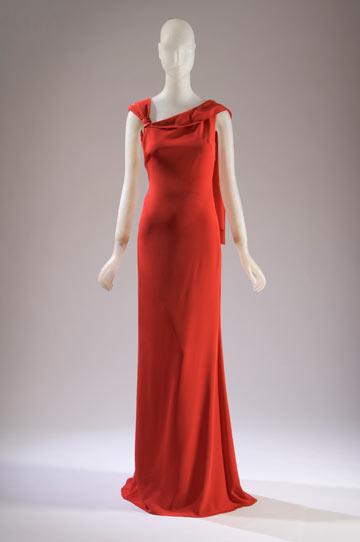 שמלה של ולנטינו בתערוכה The Great Designers. הצבע האדום הפך לסמלו המסחרי