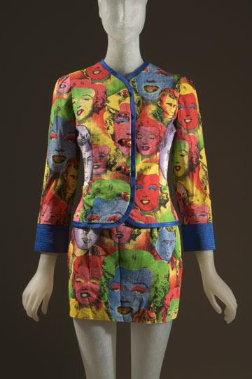 שמלה של ורסאצ'ה בתערוכה The Great Designers. בית האופנה מייצג את הפופ ארט