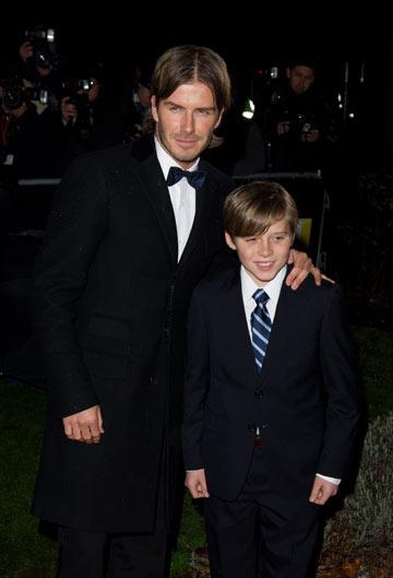 דיוויד בקהאם והבן ברוקלין מגיעים לשטיח האדום (צילום: gettyimages)