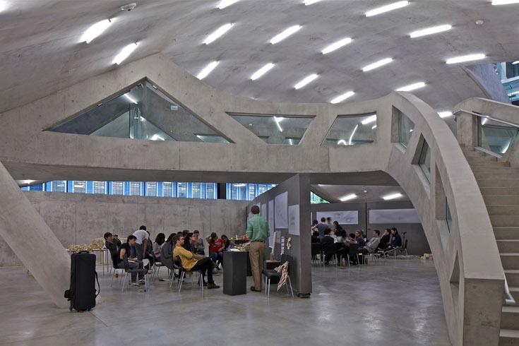 אולם מילסטיין, הבניין החדש של בית הספר לארכיטקטורה בקורנל, ניו יורק. פרויקט היסטורי באוניברסיטה שמתייחסת ברצינות לעברה (צילום: philippe ruault)