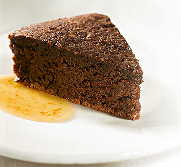 עוגת שוקולד פאדג' ללא קמח ברוטב תפוזים (צילום: גלעד וגיא צלמים, סגנון: חמוטל יעקובוביץ' )