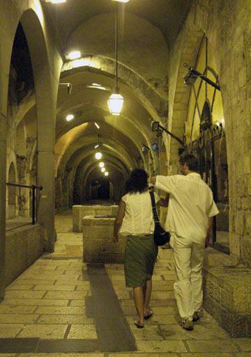 בחסות החשכה. סיורים בסמטאות ירושלים (צילום: אריאלה אפללו)