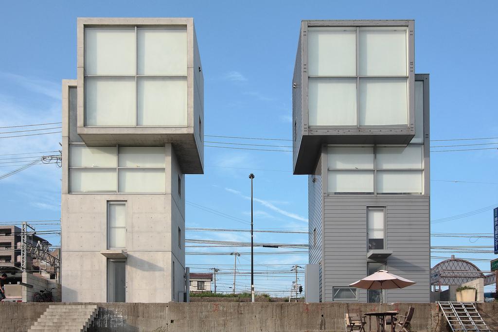 צמד בניינים שתכנן טדאו אנדו היפני (צילום: Naoya Fujii, cc)