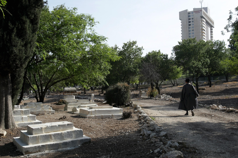 בית הקברות המוסלמי הגובל במוזיאון. העצמות שנחשפו בבנייה חוללו סערה, הובילו לעתירות לבג''ץ, שלבסוף אישר את ההקמה (צילום: עמית שאבי)