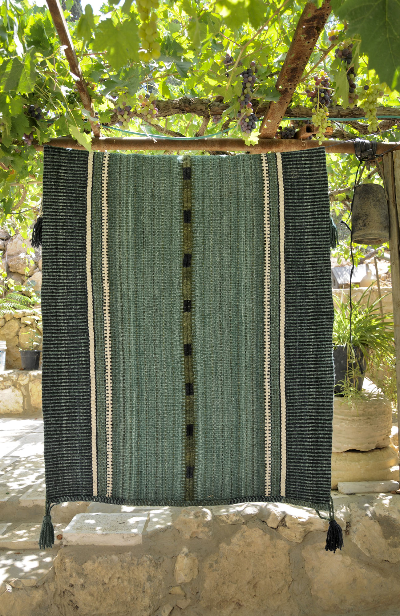 לחצו לשטיחים היפים שאורגות נשות לקייה (צילום: איוב אבו מדיעם)