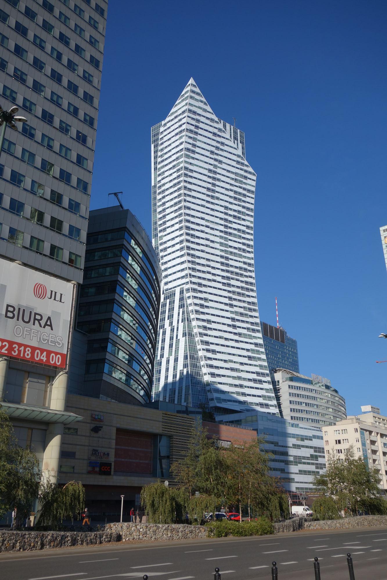 האכלוס היה אמור להתרחש לפני יותר משנתיים, אך הבניין עדיין ריק ומוקף פיגומים (צילום: מיכאל יעקובסון)